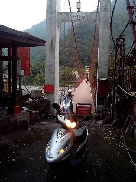 可行機車的天輪白冷吊橋