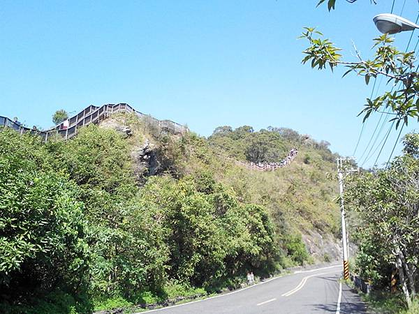 由下往山看的龍頭山步道