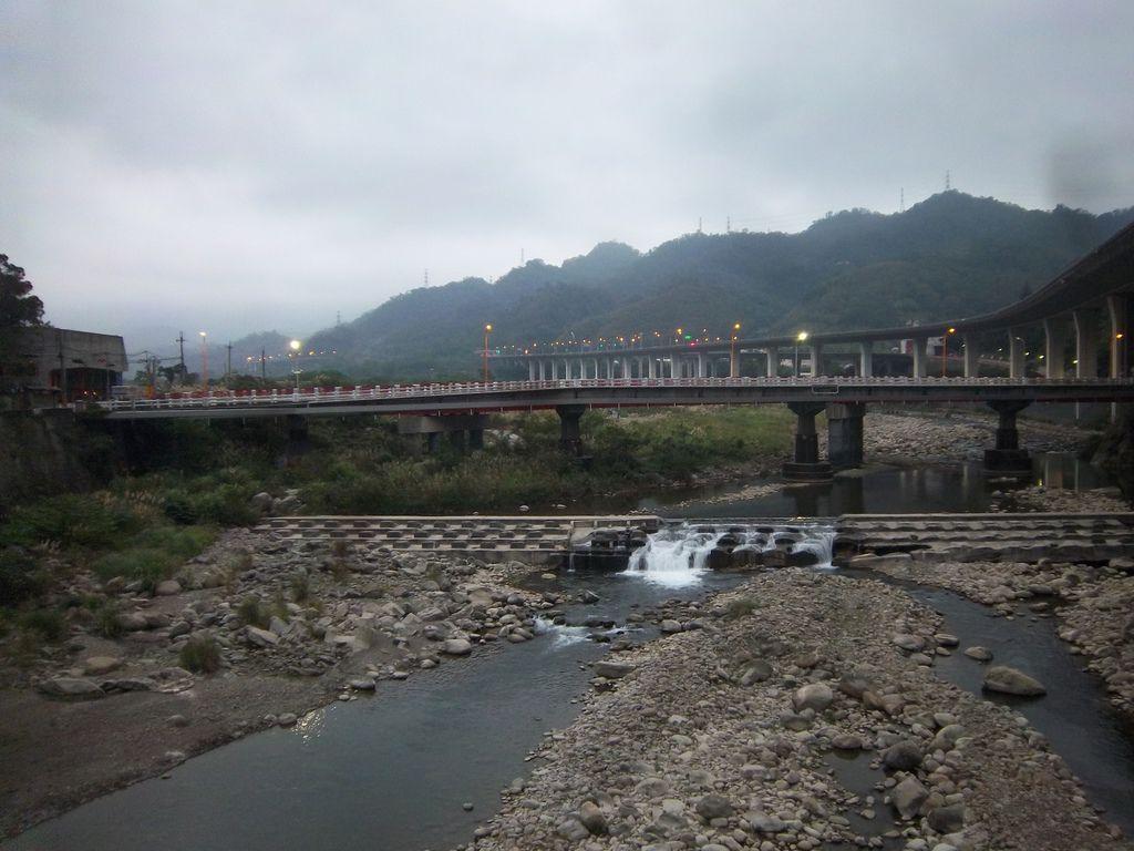 平行的國光橋 與 後龍溪