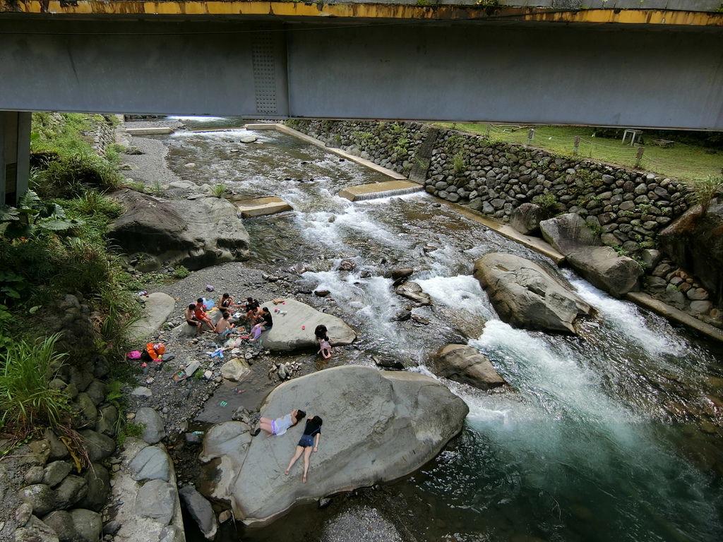 溪流戲水的遊客