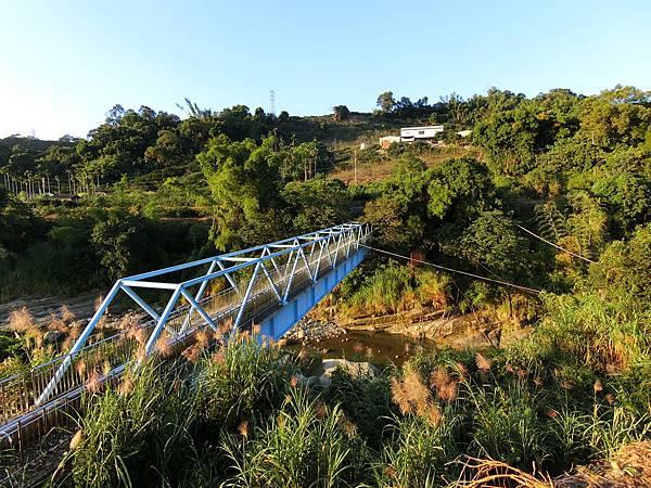 藍色水管橋旁廢棄吊橋
