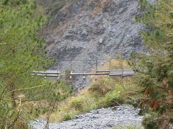 崩壁下方舊吊橋