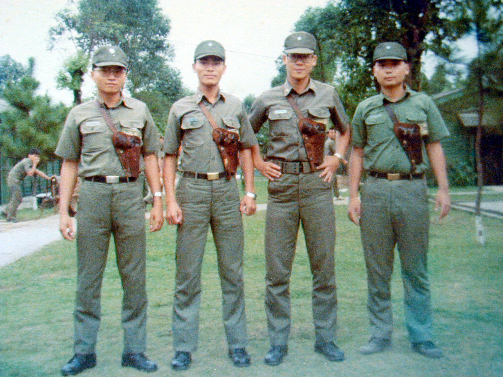 cys_1980year陳育賢與徐以騫 汪小泉 孔祥成醫官.JPG