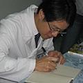 潘醫師為我們的書簽名