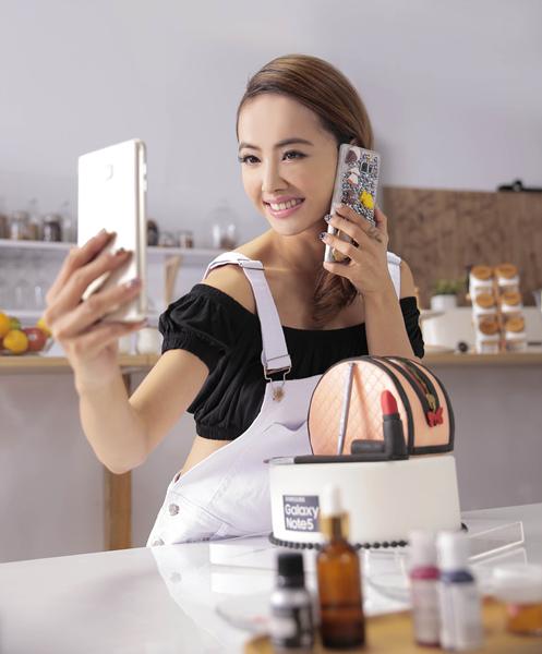 身為Samsung 旗艦系列手機代言人,Jolin也為Samsung粉絲帶來專屬大禮,第二個作品「女王的隨身精品系列」正是Jolin想傳達給粉絲們時尚配件的概念