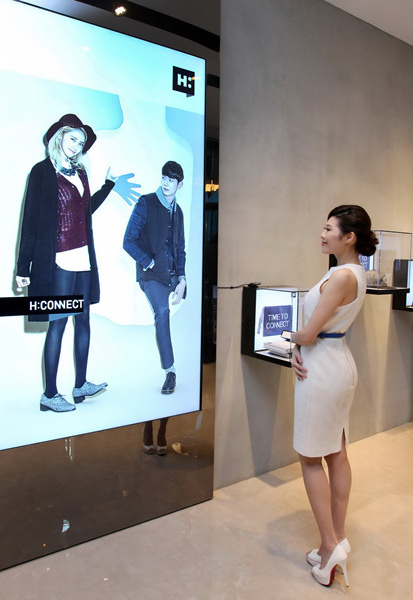 智慧零售亮度數位看板即時呈現清晰影像提高顧客入店意願