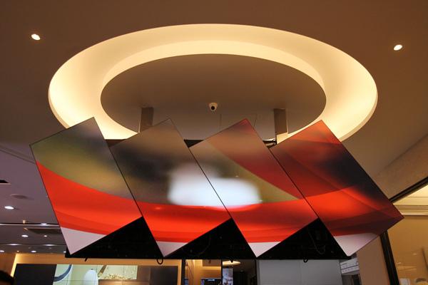 飯店大廳迎接顧客的是極具特色的不規則拼接電視牆 震撼力十足的影像輕鬆擄獲顧客注意力
