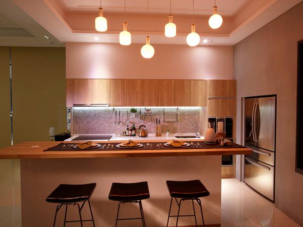 愜意的用餐時間搭配不同的氣氛燈光 食材也變得更加美味可口