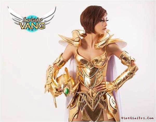 ngam-my-nu-day-ca-tinh-trong-bo-cosplay-ao-giap-vang-d111ec