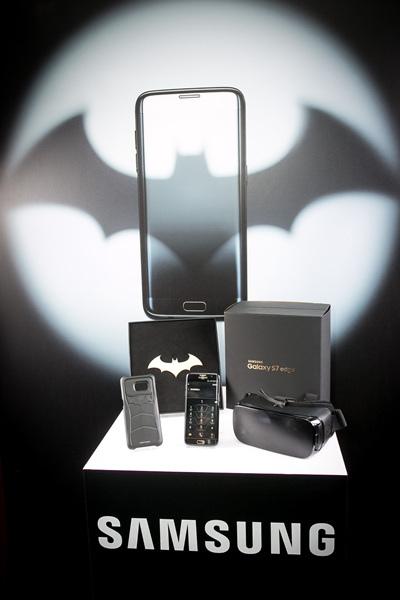 組合中還包含暗黑版Gear VR、蝙蝠戰衣手機背蓋、招牌金屬蝙蝠鏢,以及兩款樂享遊戲包