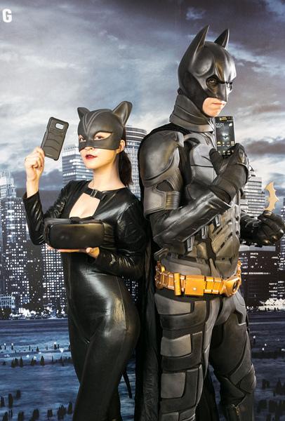 全黑機身的Galaxy S7 edge搭配Home鍵、主鏡頭、聽筒金色邊框等細節,就連機身背面的蝙蝠俠Logo,都融入金色元素