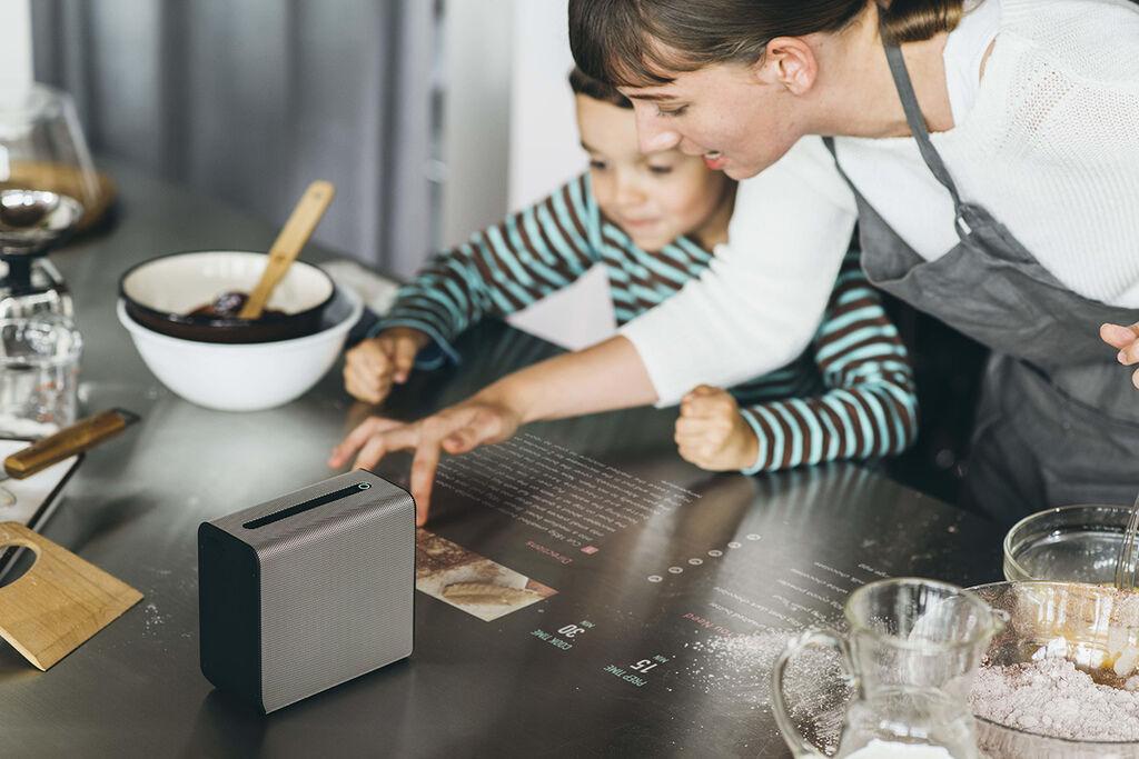 Xperia™ Touch互動式投影機,可將任何平面轉換為23吋HD觸控式螢幕,進行超短焦投影,家人與親友可不受地域限制一同玩樂、欣賞網路影音串流服務,增進彼此感情(1)