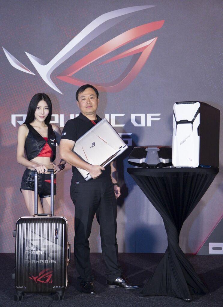 thumbnail_華碩ROG玩家共和國推出新一代水冷式超頻電競筆電「ROG GX800」以及「ROG STRIX GD30」電競桌機,玩家頂尖首選配備全線到位(圖右為華碩聯科業務副總廖逸翔)