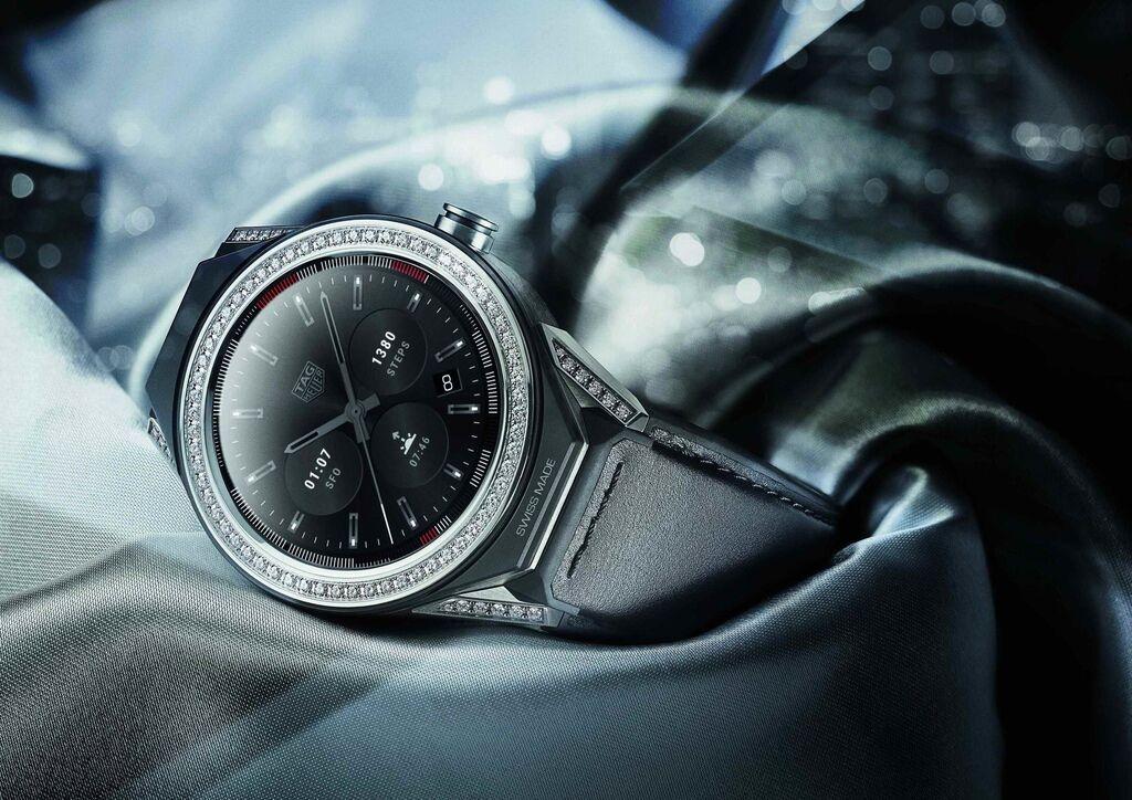 TAG Heuer Connected Modular 45智能腕錶錶圈鑲鑽款,更顯姿態華美。