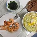 高麗菜烏龍麵+蝦子+鮭魚(好好吃)+韓國人餛飩送的海帶湯