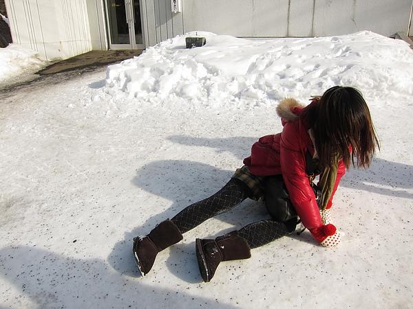 安摔了一大跤