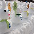 動物園的路上有很多小雪人