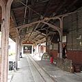 儲酒的倉庫外有運酒的鐵軌