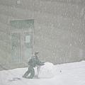 下午,研究室外的中庭有人在滾雪求