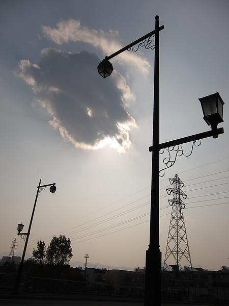 一小團雲遮住太陽