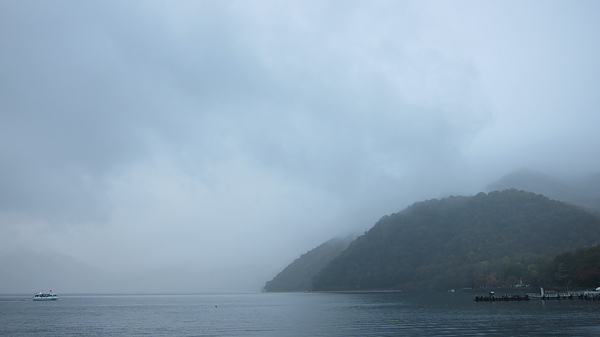 本照片的主題是左邊的那艘船