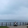 小闕正在跟支芴湖的牌子照相