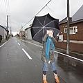 主題是撐雨傘被大風吹