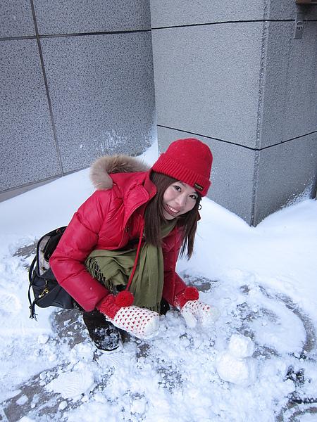 把握時間在旅館外做雪人