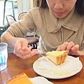 由小闕示範吃蛋糕