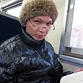 帶著老花眼鏡正在看書的阿婆