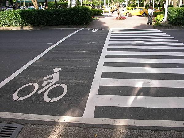 Cyclist_crossing_on_Dunhua_South_Road,_Taipei_City_20080805.jpg