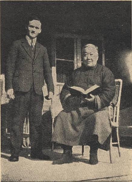 Toimi_Yrjola_ja_kiinan_kielen_opettaja_1933.jpg