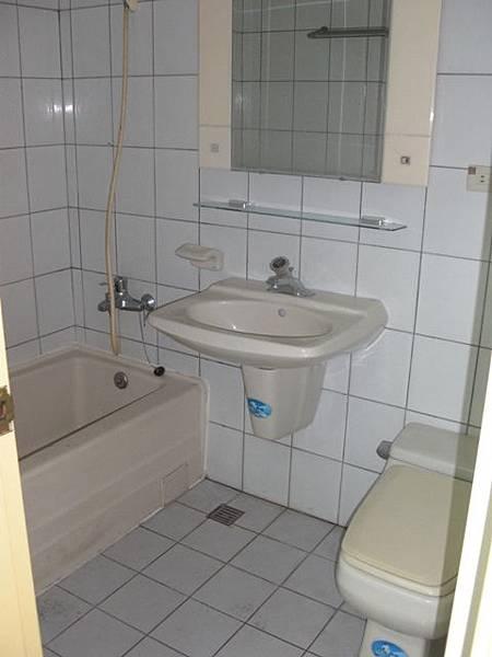 施工前衛浴.JPG