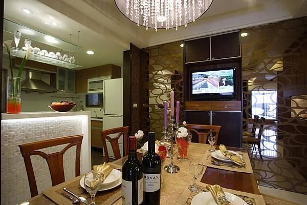 開放式的廚房與餐廳一氣呵成,讓全家人同時享用餐廳與廚藝之間的良好互動