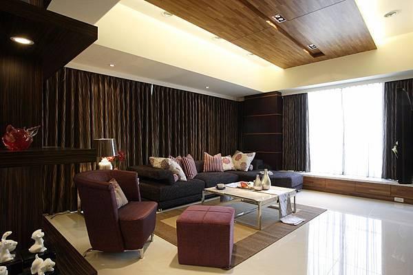 另一個起居室同樣也採用天花板的變化來增加空間的情趣和表情