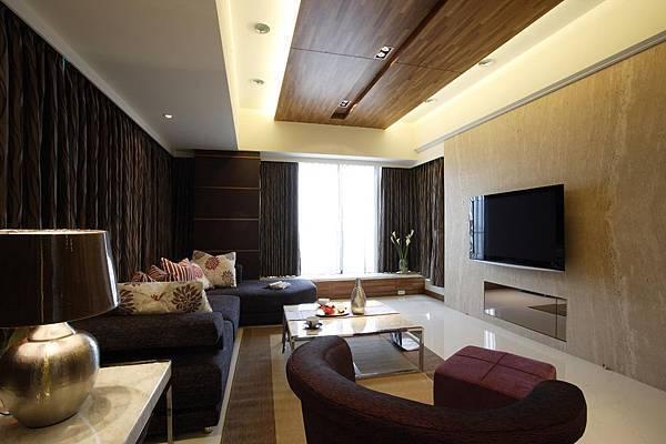 沉穩的客廳基調中,借用天花板的變化帶初設計質感與感動