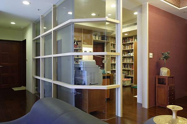 玻璃隔間的書房給人靜心閱讀的閑適