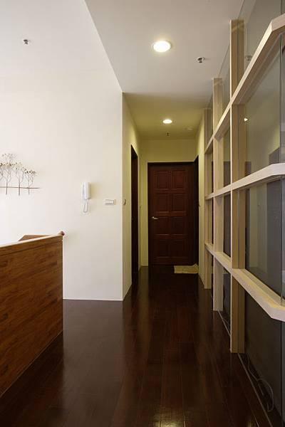 視覺延伸的走道拉長了居家空間的場景,也讓彼此的私人領域有了明確的分界