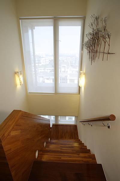 透光性十足的梯間,引入充足的光線,是全家人一天精神奕奕的開始,也是遠眺窗景的好所在