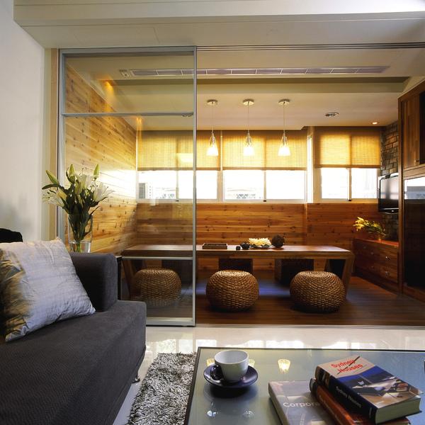 從客廳望向臨窗的多功能空間,多了自成一格的悠閒