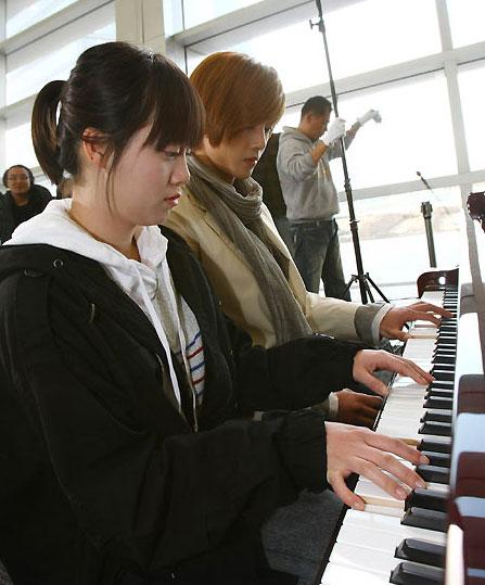 雖然金賢重連續熬夜兩天一臉倦意,但當他一看到鋼琴時,馬上就開始淘氣起來。從童謠《學校鐘聲叮叮叮》開始到初學者必彈的曲目《筷子進行曲》.jpg