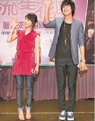 090603-李敏鎬(右)、具惠善微笑登台。蔡敦仰攝.jpg