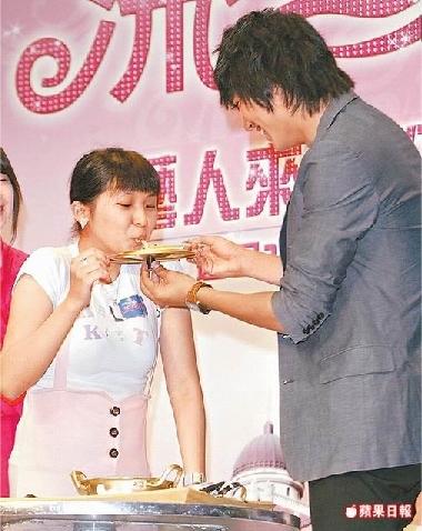 090603-李敏鎬(右)親手餵粉絲吃拉麵。.jpg