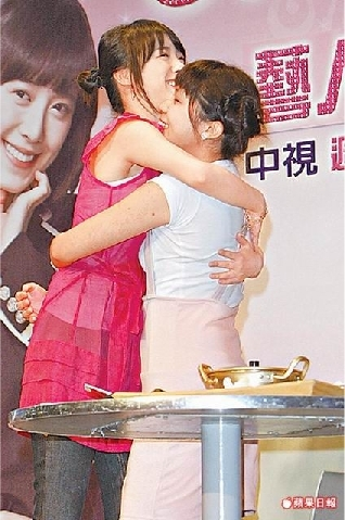 090603-具惠善(左)大方與女粉絲擁抱。.jpg