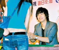 李敏鎬邊和影迷握手邊放電,有人感動到當場落淚。.jpg