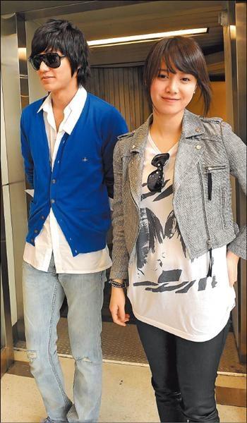 李敏鎬與具惠善入境後向粉絲打招呼,停下來接受採訪。.jpg