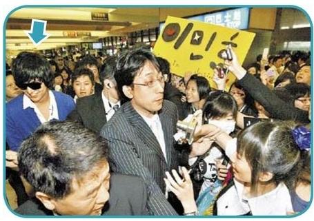 李敏鎬(箭頭處)在機場被粉絲包圍,具惠善被保鑣阻擋,不見人影。陳啟明攝.jpg