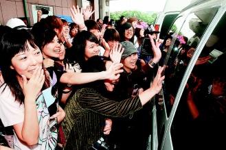 韓劇「流星花園」男女主角李敏鎬與具惠善昨天上午搭機抵台,吸引大批粉絲接機。.jpg