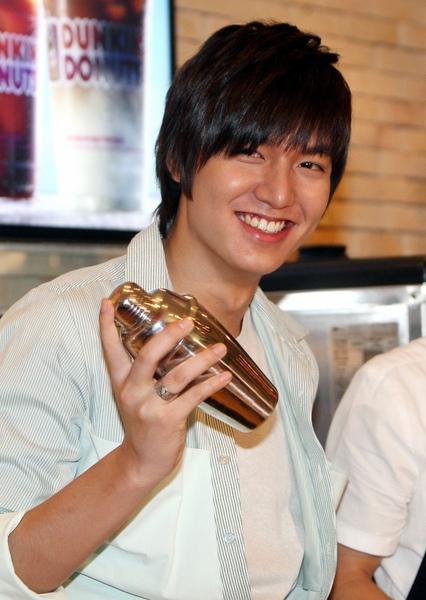 李敏鎬當帥氣店員 調配冰咖啡讓女粉絲消暑.jpg