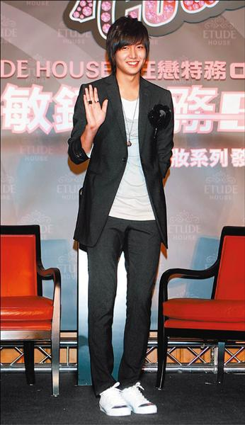 ■李敏鎬二度訪台,在記者會上露出招牌笑容。.jpg